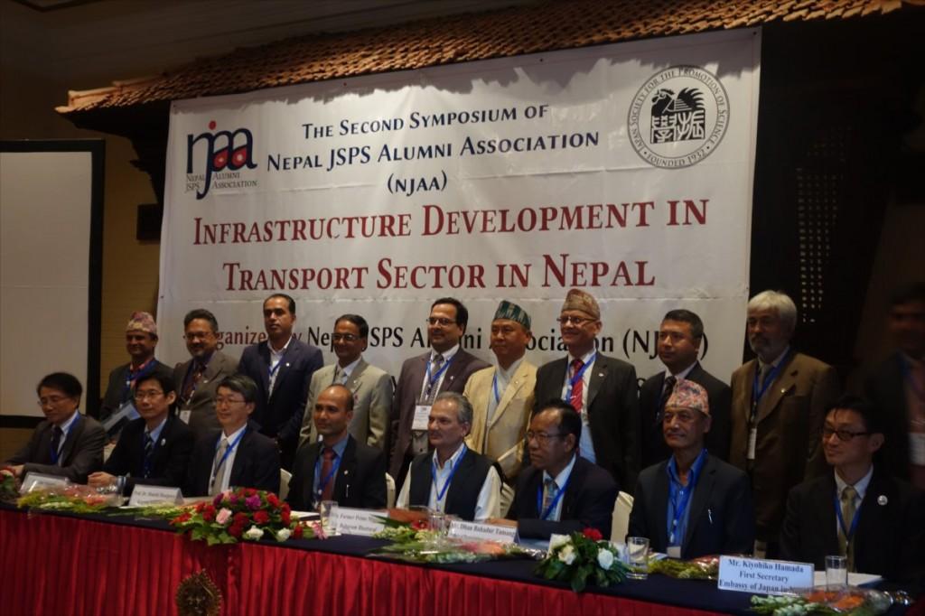 前列左から加藤参与、佐久間所長、長谷川先生、Rijan会長、Baburam前首相、Dhana大臣、Buddhi事務局長、浜田一等書記官、後列はNJAA理事