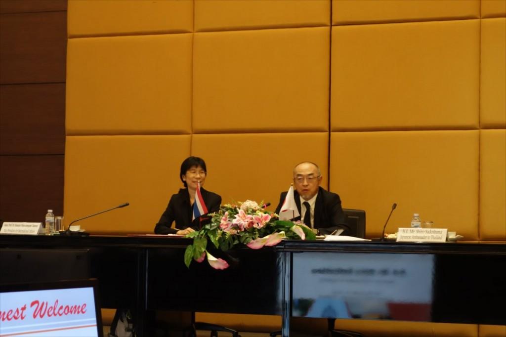 挨拶を述べる佐渡島大使(右)、左はAssoc. Prof. Dr. Nawarat副学長