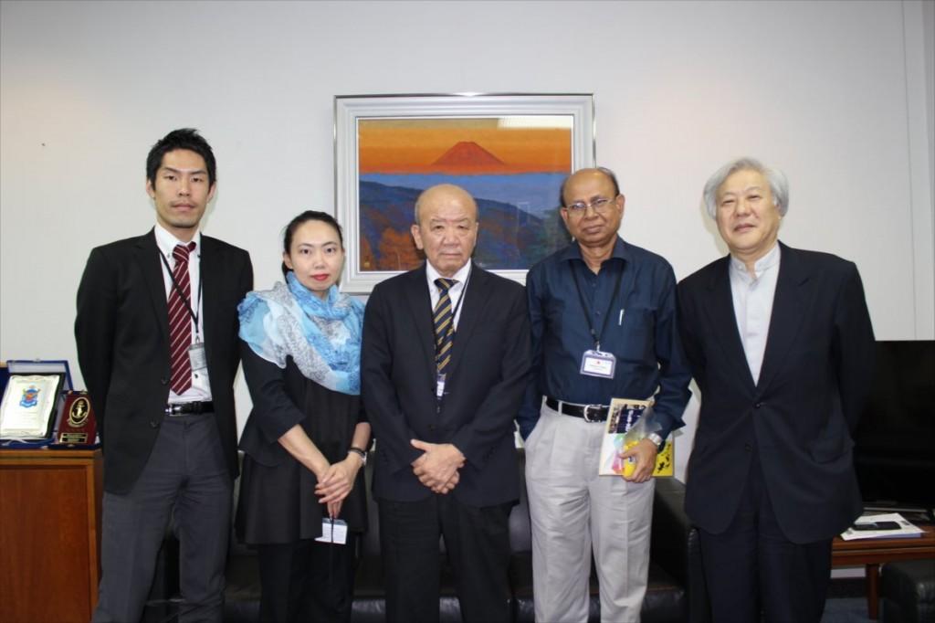 右から渡邉特命全権大使、Hossain BJSPSAA会長、山下センター長、古屋副センター長、大田国際協力員