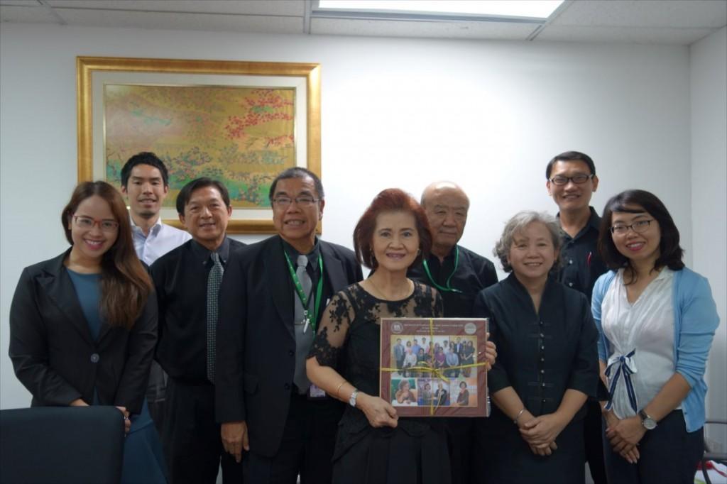 Dr. Sunee会長を囲んでの集合写真