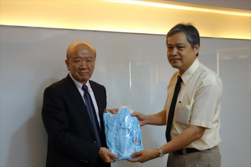 Dr. Chatchai(右)