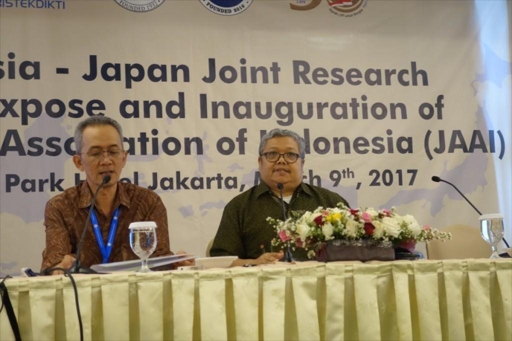 Dr. Jarnuzi Gunlazuadi(UI)(右)による講演