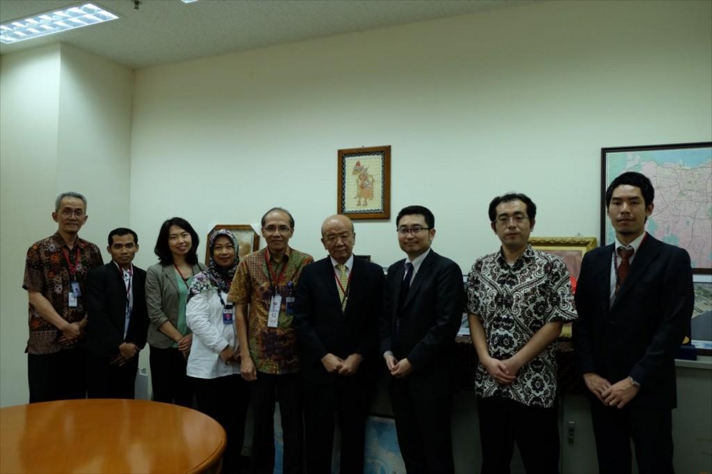 (左から)Dr. Wahyu、Mr. Agung LIPI職員、古屋副センター長、Ms. Mila、Prof. Dr. Subyakto、山下センター長、中村公使、山口書記官、大田国際協力員