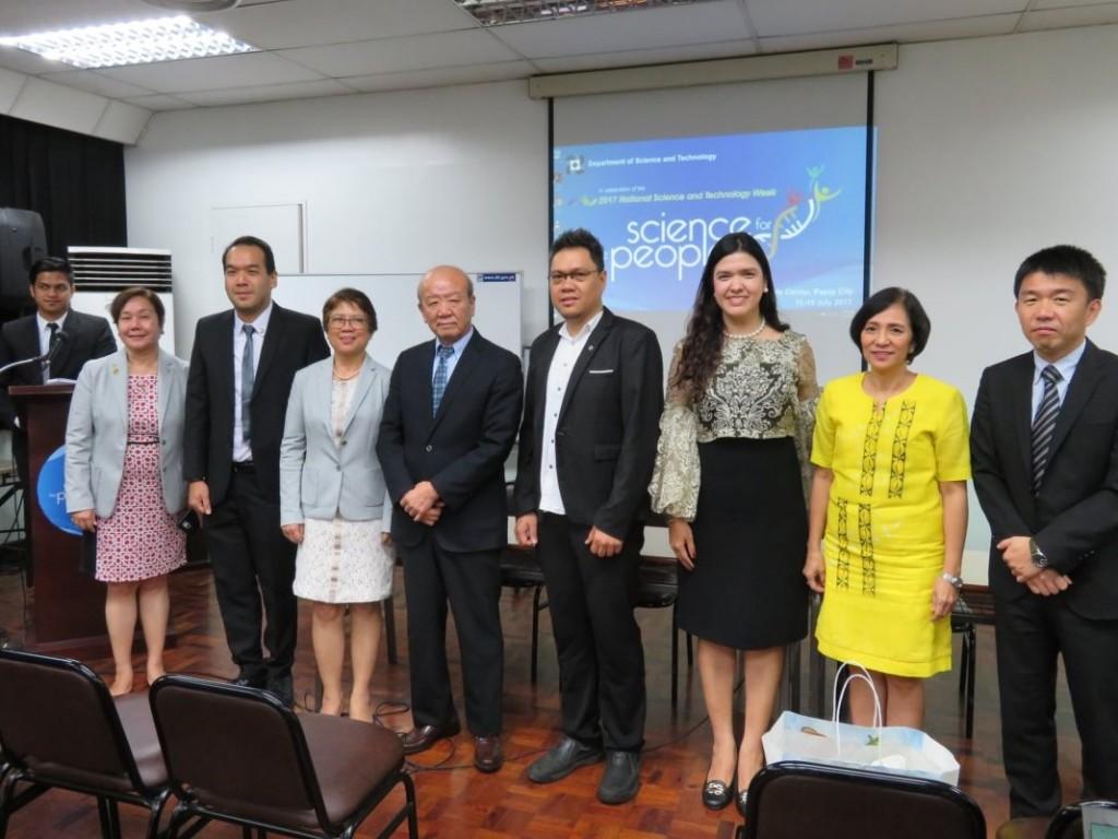 左から、Susan M. Gallardo 会長、Dr. Jason Maximino C. Ongpeng、Susan Calumpang副会長、山下センター長、Dr. Marc Lawrence J. Romero、Dr. Laura B. Fermo、DOSTのLeah J. Buendia 次官補、在フィリピン日本大使館 田口利行専門調査員