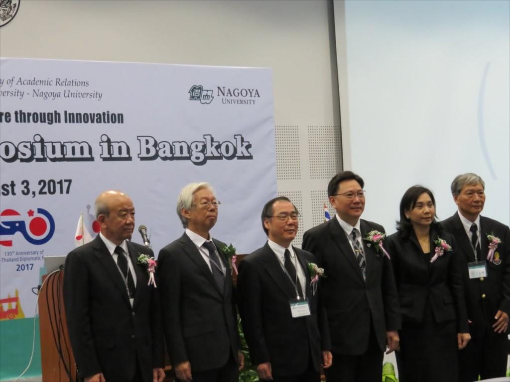 左端:山下センター長、真ん中:松尾総長、ポムトン副学長