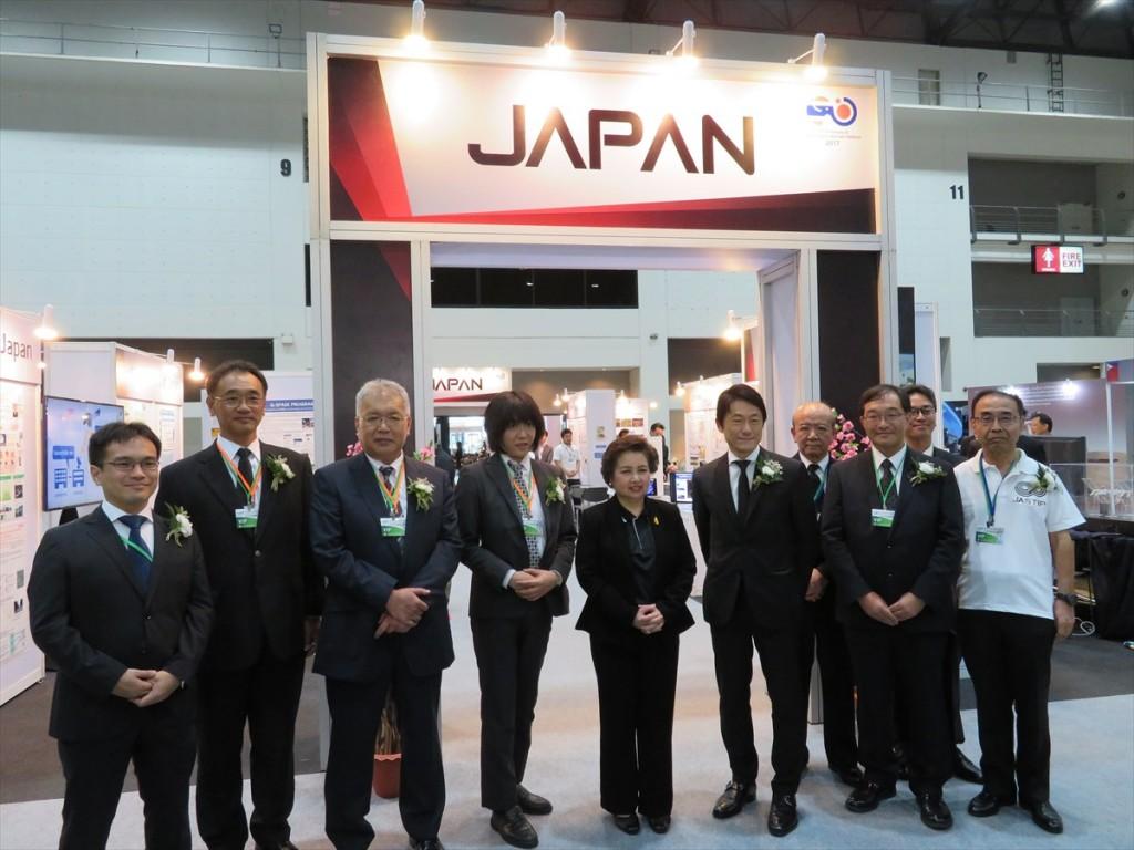日本パビリオン入口でアチャカ大臣(左から5番目)及び福島次席公使(左から6番目)と記念写真