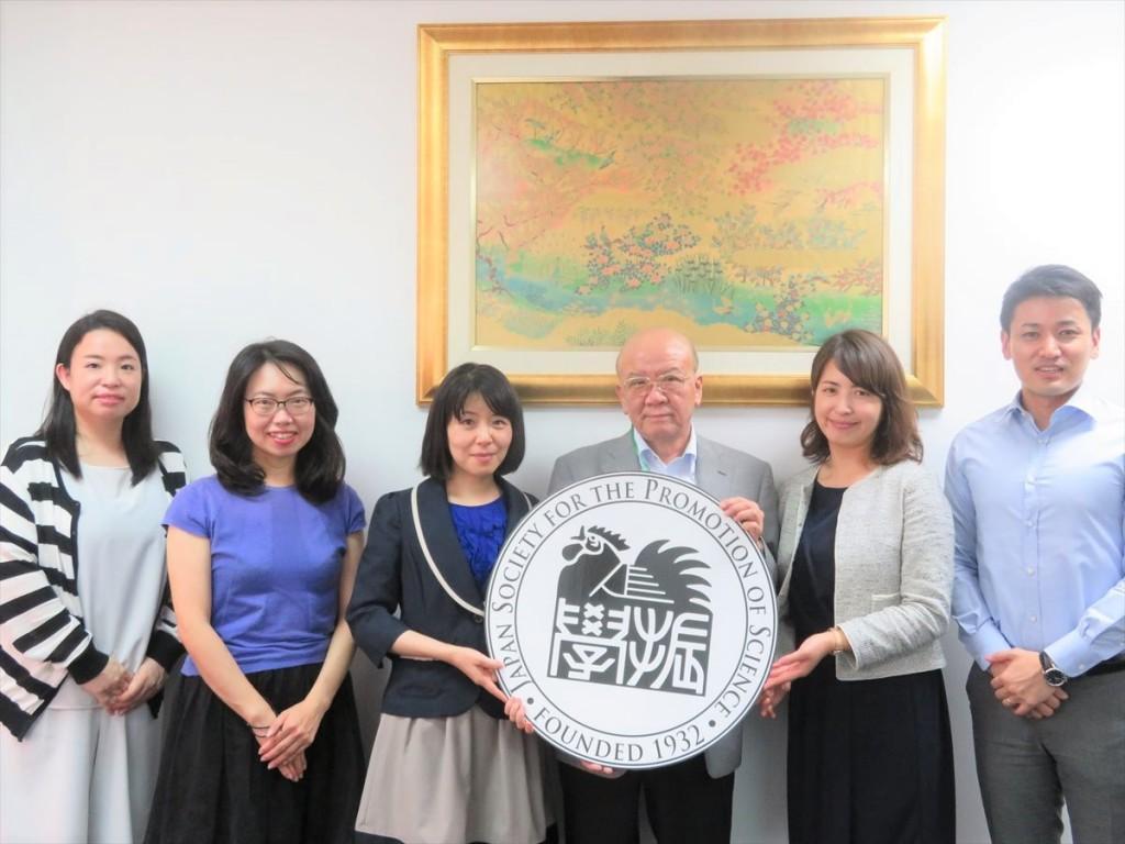 左から土肥国際協力員、古屋副センター長、西野係長、山下センター長、林主任、斉藤国際協力員