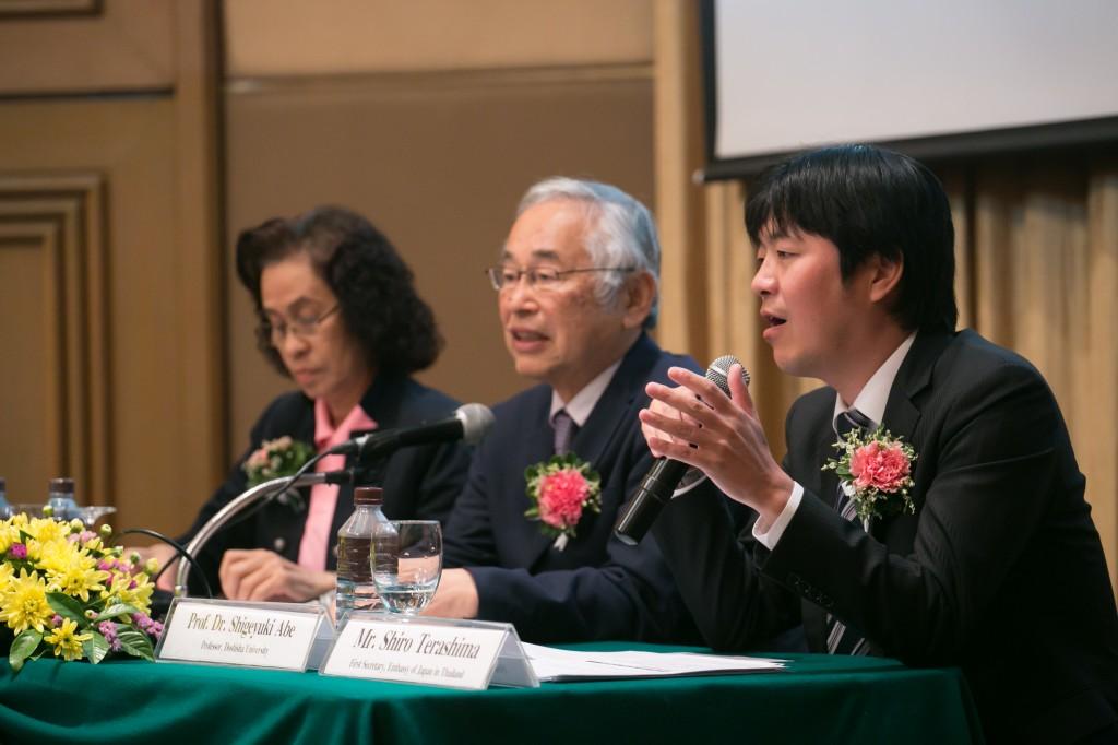 Assoc. Prof. Dr. Sukanya Aimimtham(モデレーター)、阿部茂行教授、寺島史郎一等書記官