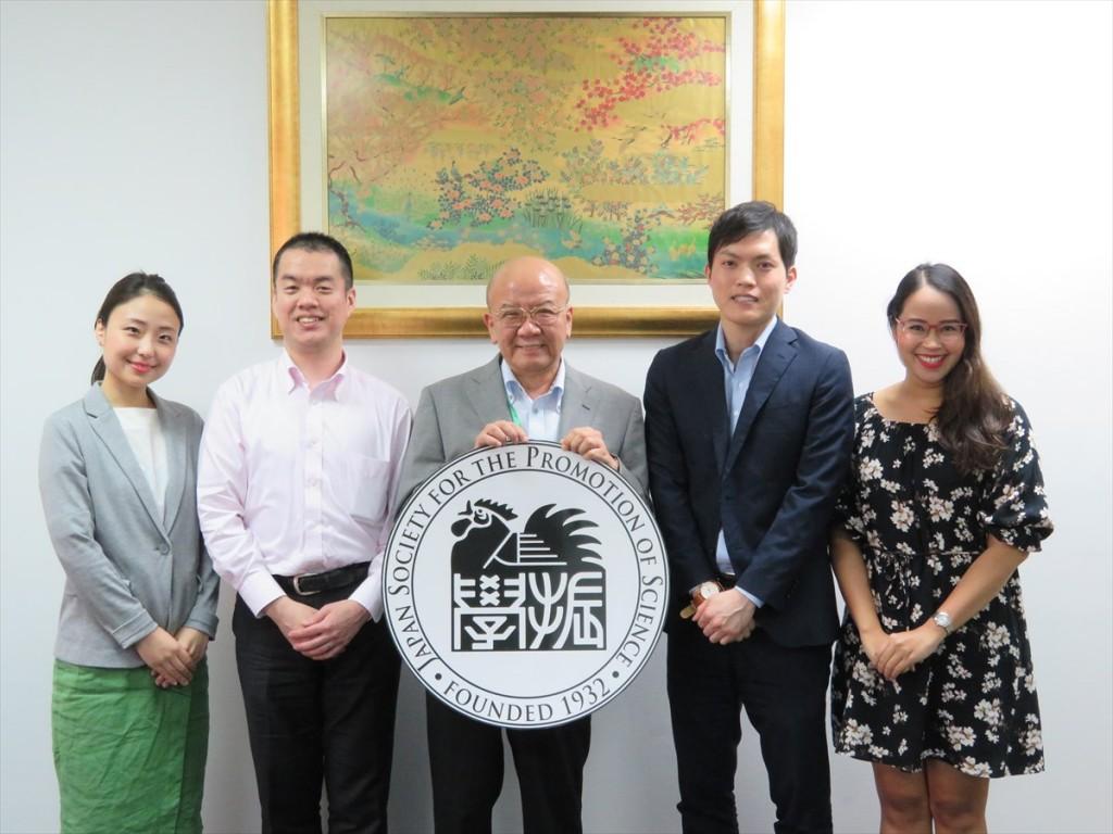 (左から)簑輪国際協力員、冨山副センター長、山下センター長、新原国際協力員、Natthida現地スタッフ
