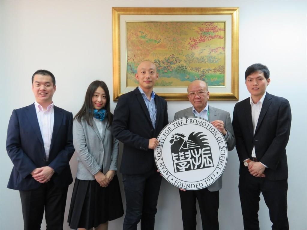 (左から)冨山副センター長、簑輪国際協力員、梶所長、山下センター長、新原国際協力員