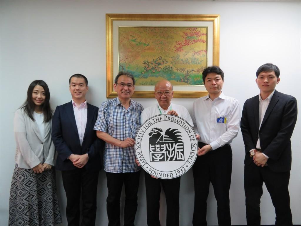 (左から)簑輪国際協力員、冨山副センター長、大安教授、山下センター長、藤井教授、新原国際協力員