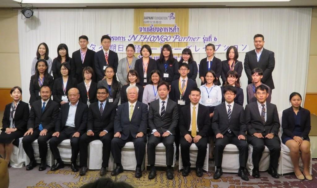 来賓と日本語パートナーズ(一部)による集合写真