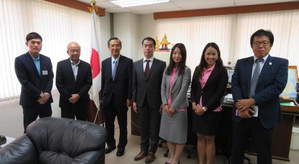 川田一徳総領事(左から3番目)、青木敦史領事(右端)