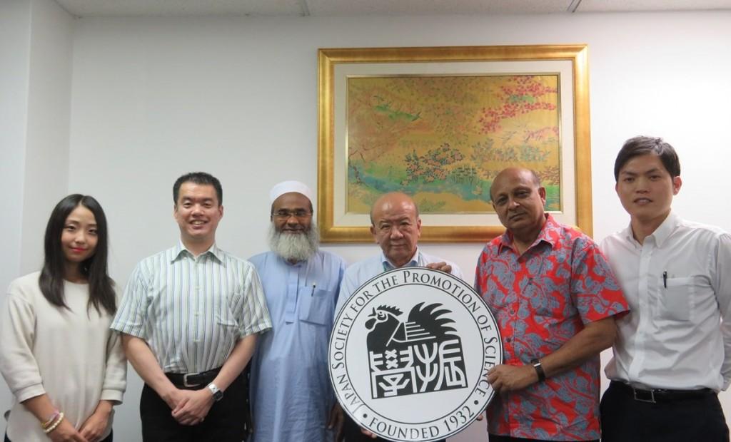 Dr. M. Zulfikar Rahman(左から3番目)とDr. Nur Ahamed Khondaker(同5番目)
