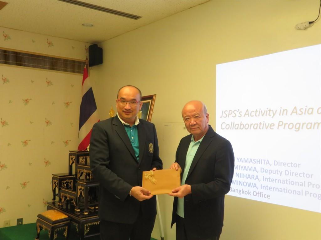 Dr. Tiwa Pakoktomと山下センター長