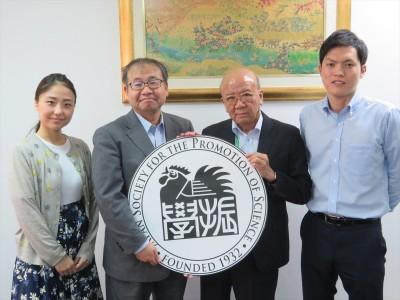 (左から)簑輪国際協力員、鈴木室長、山下センター長、新原国際協力員