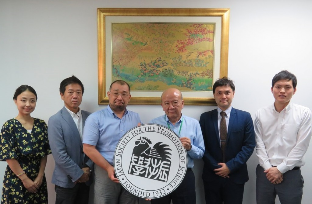 橋本常務取締役(左から2人目)、三浦准教授(同3人目)、横山さん(同5人目)