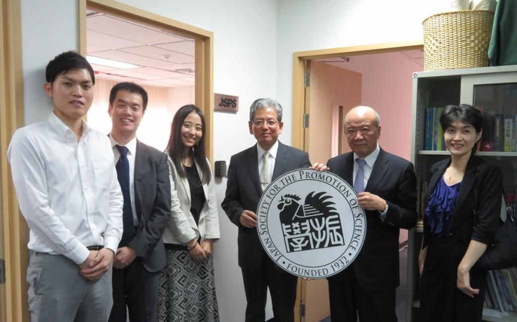 里見理事長(左から4人目)、中塚課長(同6人目)