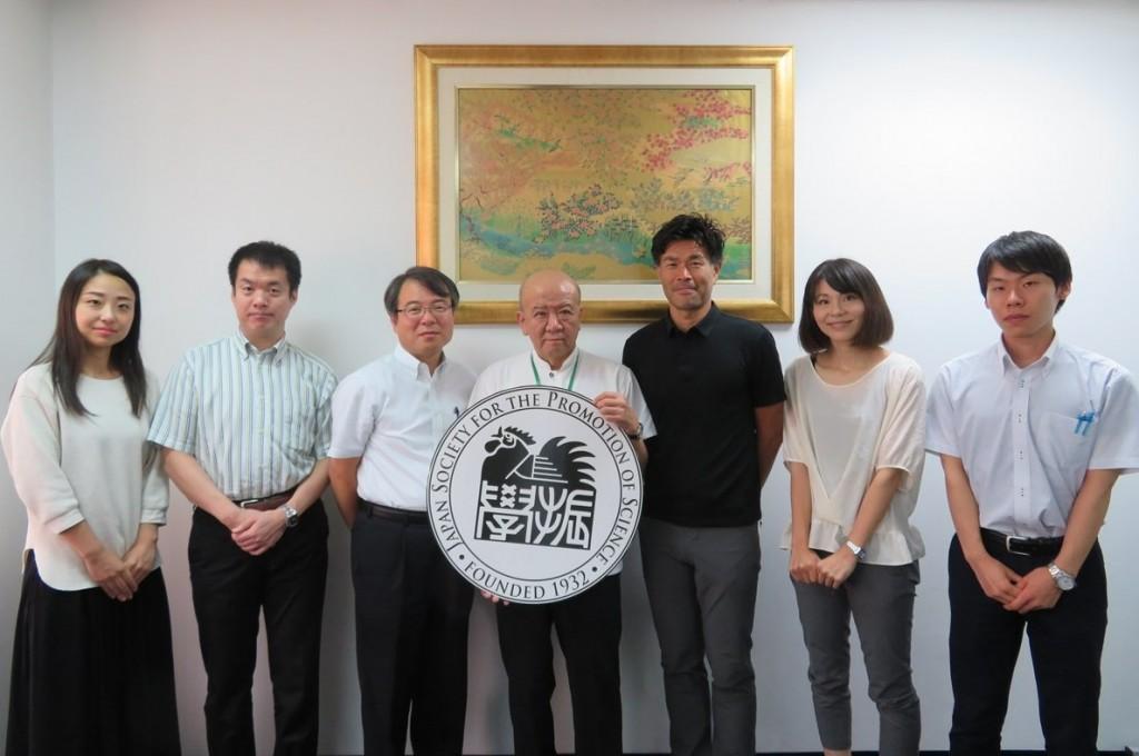 井村国際部長(左から3人目)、早川教授(同5人目)、大坂職員(同6人目)、成瀬職員(同7人目)