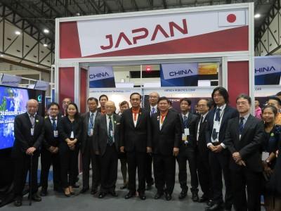 プラユット首相と日本の各出展団体代表