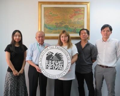 田中さん(左から3人目)、平松准教授(同4人目)