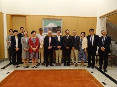 集合写真(右から2番目が西郷大使)