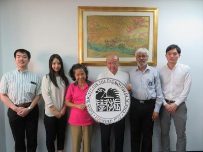 Dr. Tiwari(右から2人目)とDr. Malee(右から4人目)