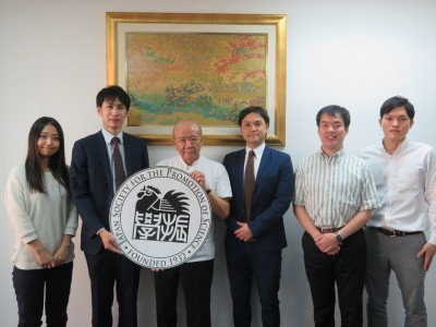 逆井さん(左から2人目)と横山さん(左から4人目)