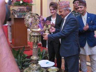 開会に当たってネパールの伝統的な儀式を行うMr. Giriraj教育省大臣