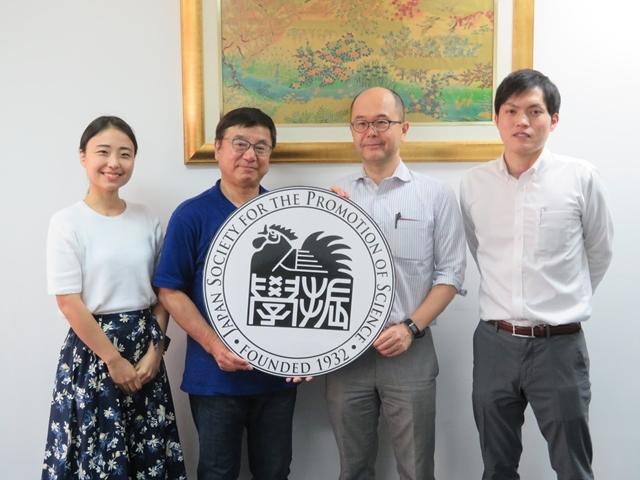 大谷副学長(左から2人目)、瀬戸教授(右から2人目)