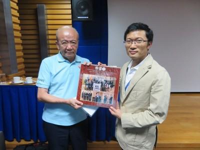 Dr. Seksanに2月の論博メダル授与式のフォトフレームをお渡ししました。