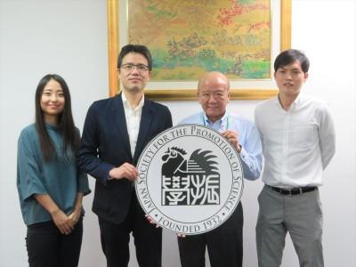 西澤教授(左から2人目)