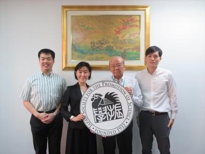 鈴木国際部長(左から2人目)