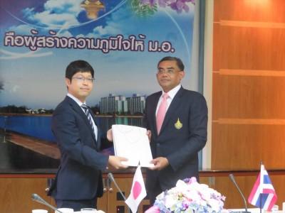 在タイ日本国大使館久芳一等書記官(左)とDr. Niwat学長(右)