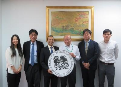 廣里教授(左から2人目)、サリ・アガスティン理事(同3人目)、林職員(同5人目)