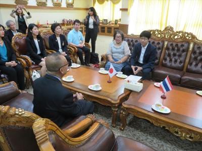 表敬訪問中の在タイ日本国大使館・久芳一等書記官(右)