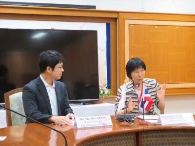 在タイ日本国大使館久芳一等書記官(左)とDr. Nawarat副学長(右)