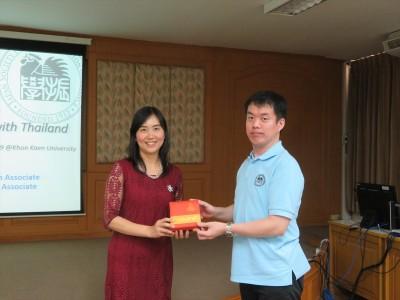 Dr. Acharawan Topark-Ngarm (左)