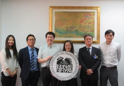 小林氏(左から2人目)、金子新所長(同4人目)、行宗氏(同5人目)