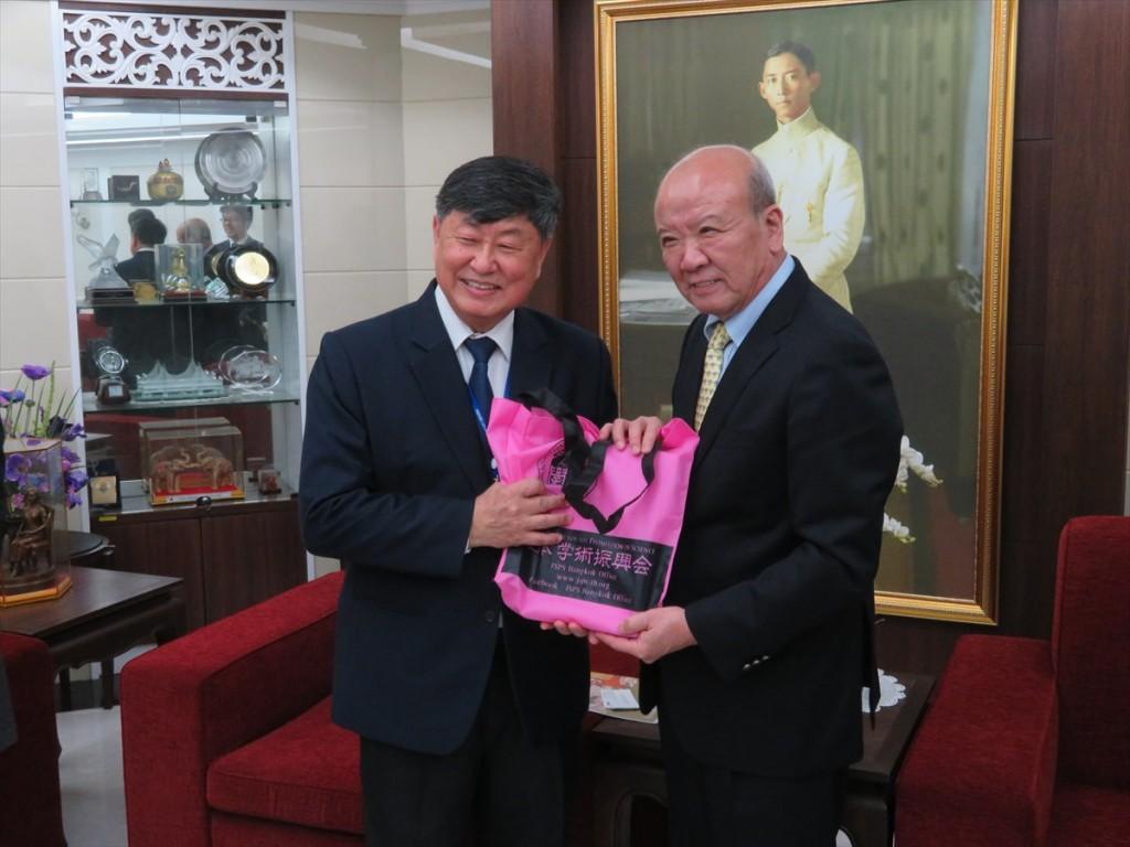 Prof. Banchong Mahaisavariya学長(左)