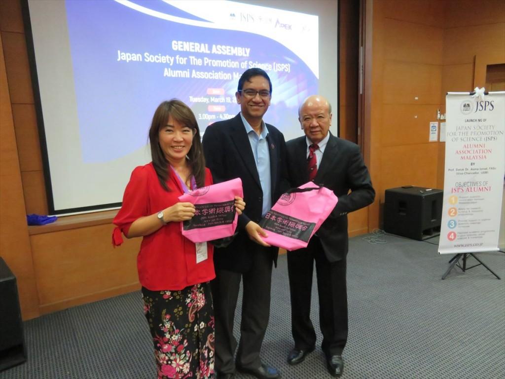 Prof. Dato' Dr. Aileen Tan Shau Hwai(左)、Prof. Ir. Dr. Abdul Rahman bin Mohamed(中央)