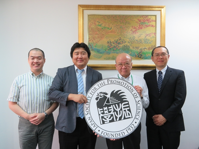 木村准教授(左から2人目)、江口准教授(同4人目)