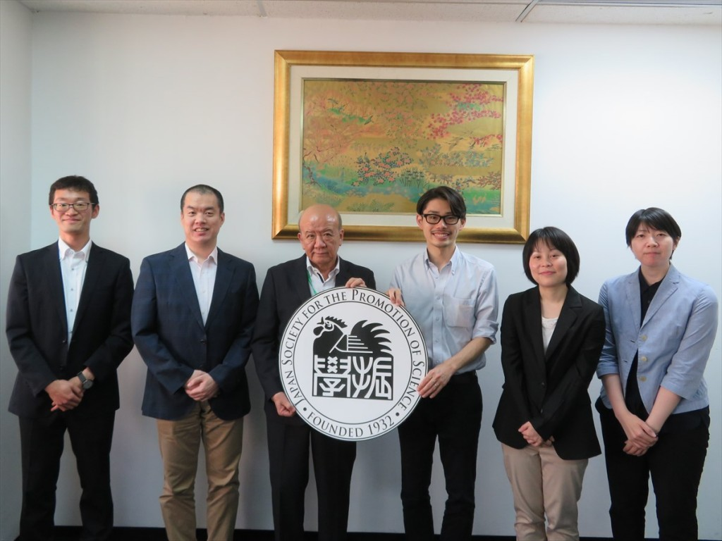 森井職員(左から4人目)、斎藤副所長(同5人目)