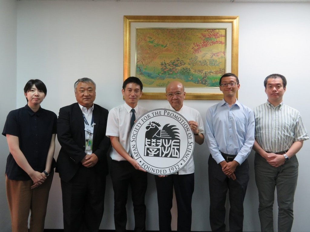 藤井代表理事(左から2人目)、武井職員(同3人目)