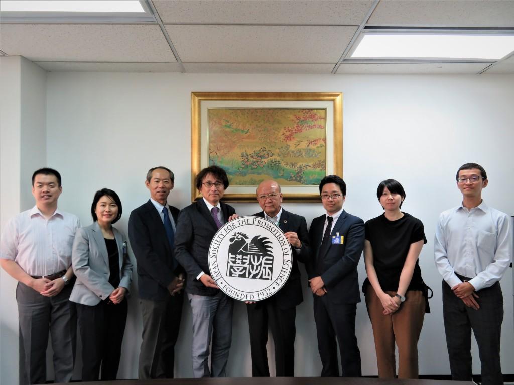 日下研究員(左から2人目)、生川課長(同3人目)、西村副学長(同4人目)、市川主任(同6人目)
