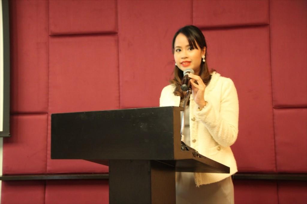 Ms. Natthida, Liaison Officer of JSPS Bangkok Office, who was in charge of a MC at the seminar