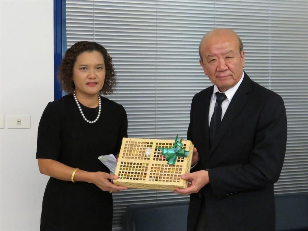 Dr. Phiriyatorn Suwanmala (left) and Prof. Kuniaki Yamashita (right)