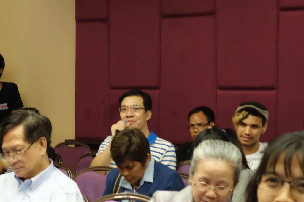 Participants actively ask questions to speakers.